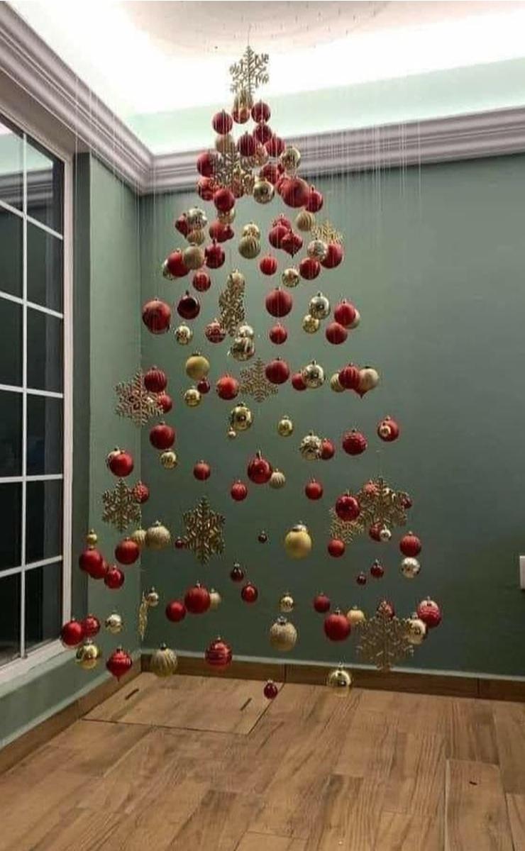 Árbol de Navidad con esferas flotantes